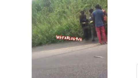 Police officers captured assaulting a driver in Ofosu, Edo State